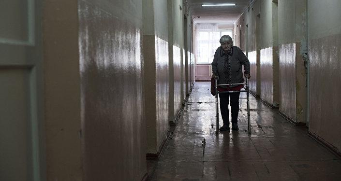 Пожилая женщина в одном из государственных домов престарелых в Кыргызстане. Архивное фото