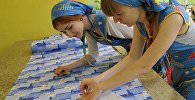 Студенты отделения конструирования и моделирования швейных изделий во время занятий. Архивное фото