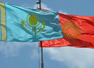 Государственные флаги Кыргызстана и Казахстана. Архивное фото