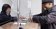 Мужчина в сервисном центре ГСН во время сдачи единой налоговой декларации. Архивное фото