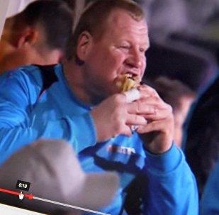 Снимок с видеохостинга Youtube канала Football Highlights. Запасной голкипер британской команды Саттон Юнайтед Уэйн Шоу ест во время матча