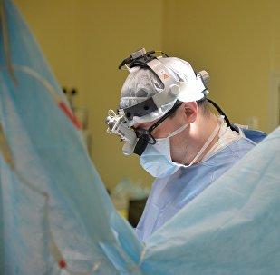 Хирург операция учурунда. Архив