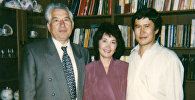 Президент КР Алмазбек Атамбаев с супругой и писателем Чынгызом Айтматовым