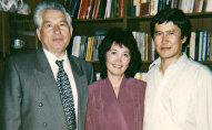 Президент КР Алмазбек Атамбаев с супругой и писателем Чынгызом Айтматовым. Архивное фото