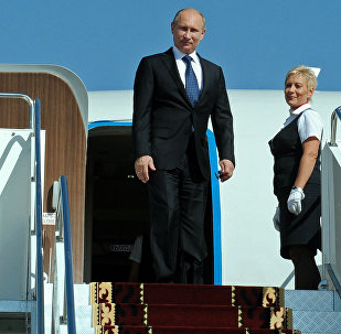 Президент России Владимир Путин выходит из самолета во время рабочего визита в Кыргызстан
