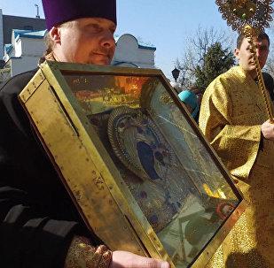 Люди молились и крестились на встрече иконы Божией матери в Бишкеке