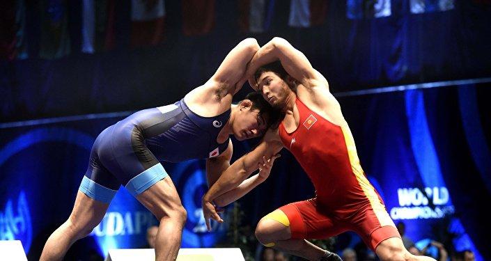 Кыргызстанский спортсмен Эламан Догдурбек уулум (в красном). Архивное фото