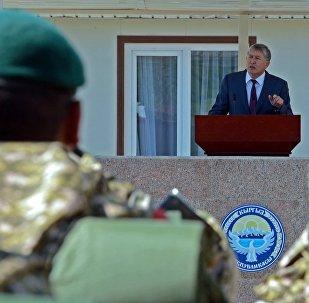 Президент Алмазбек Атамбаев аскерлер менен жолугушууда. Архивдик сүрөт