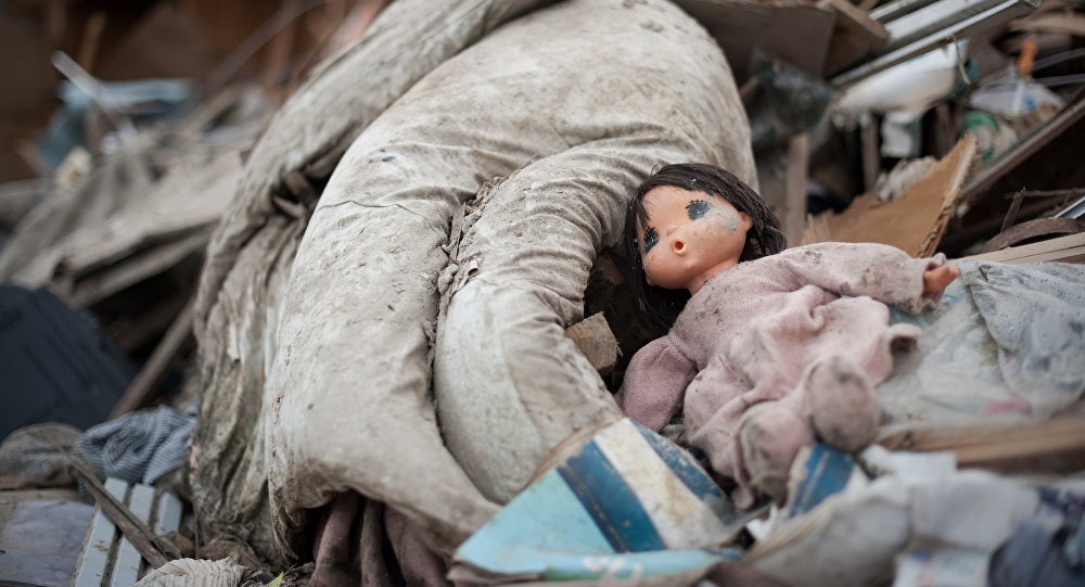 Кукла оставленная в мусорке. Архивное фото
