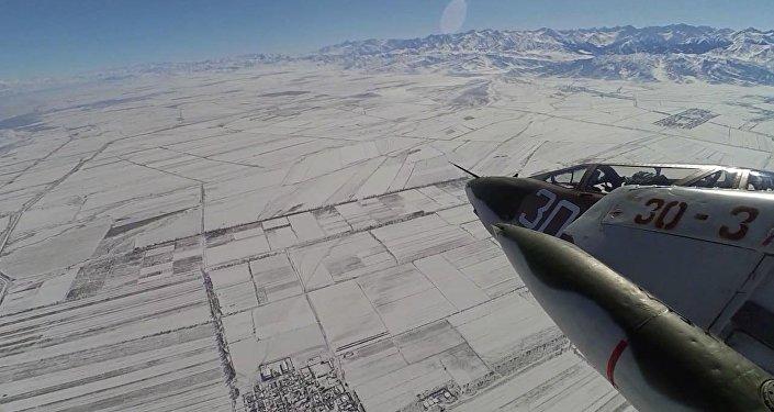 Что видит пилот из кабины — праздничный полет Летающего танка над КР