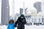 Женщина с ребенком в городе Астана. Архивное фото