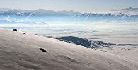 Вид на снежную долину с автодороги Бишкек-Ош. Архивное фото