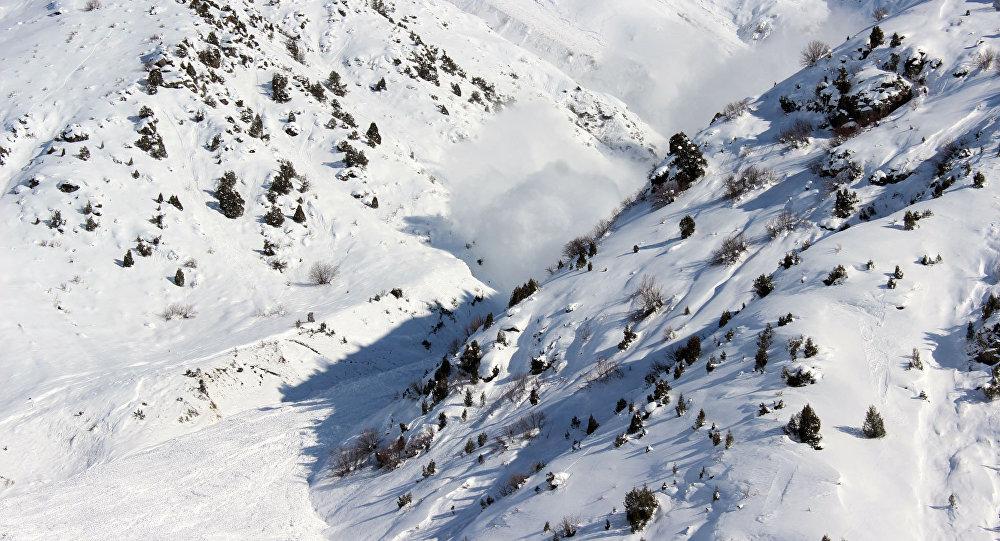 Принудительный спуск снежных лавин на автодороге Бишкек-Ош