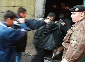 Сотрудники полиции проверяют документы у мигрантов в Екатеринбурге. Архивное фото