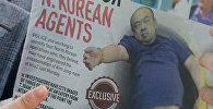 Репортер держит местную газету во время своего доклада в Куала-Лумпур. Малайзия. Архивное фото