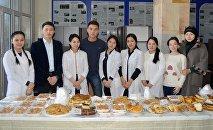 Продажа выпечки и сладостей для сбора денег Ильясу Ахунбаеву