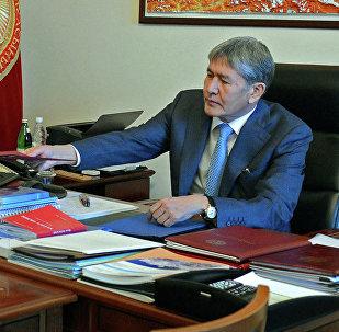 Алмазбек Атамбаев биринчи вице-премьер Мухамметкалый Абулгазиевди кабыл алды. Архивдик сүрөт