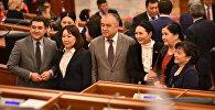 Депутаты фотографируются на последнем заседании Жогорку Кенеша V созыва.