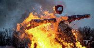 Праздничное сжигание чучела в честь Масленицы. Архивное фото