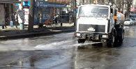 Работники муниципального предприятия Тазалык начали работу по мойке остановочных комплексов и прибордюрной части дорог, а также столичных улиц
