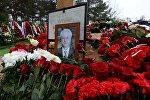 Портрет на могиле постоянного представителя РФ при ООН Виталия Чуркина после церемонии похорон на Троекуровском кладбище.
