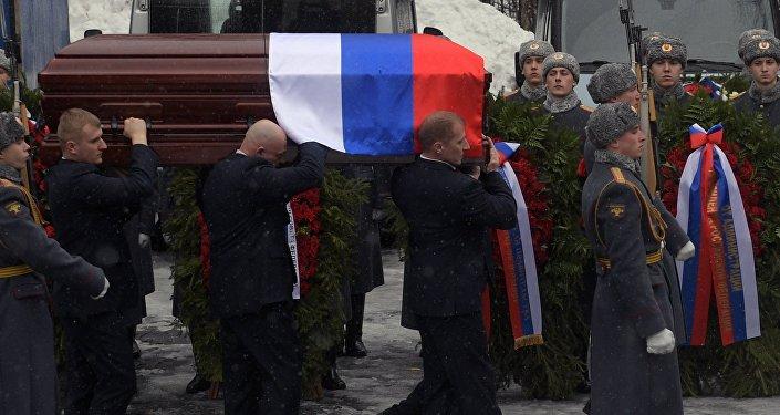 Ему были отданы воинские почести: траурный кортеж встречал почетный караул, играл военный оркестр. Почетный караул произвел троекратный залп в воздух