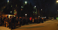 Милиционеры оттесняли сторонников Шыкмаматова от входа в ГКНБ