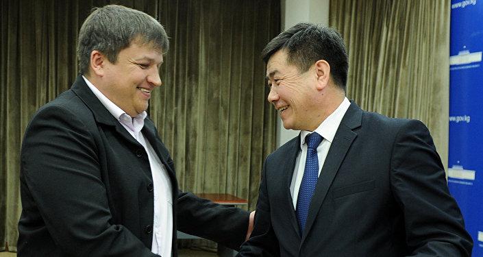 Руководитель аппарата правительства Акылбек Осмоналиев передал представителям команды 300 тысяч сомов, выделенных из резервного фонда правительства.
