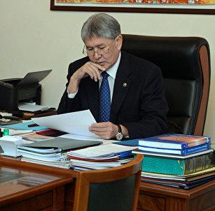 Президент Алмазбек Атамбаев Жогорку соттун Конституциялык палатасынын төрагасы Эркинбек Мамыровду кабыл алуу учурунда