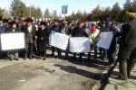 Базар-Коргон райондук администрациясынын алдына Өмүрбек Текебаевдин жактоочулары чогулуп жатат