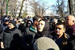 Депутат от фракции Ата Мекен Аида Салянова у здания ГКНБ.