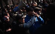 Сторонники задержанного депутата Омурбека Текебаева у здания ГКНБ в Бишкеке