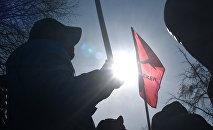 Текебаевдин колдоочулары митингте. Архивдик сүрөт