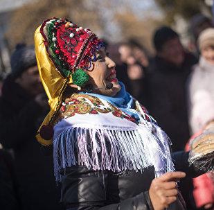 Традиционный праздник проводов зимы — Масленица — у здания Дома дружбы в Бишкеке