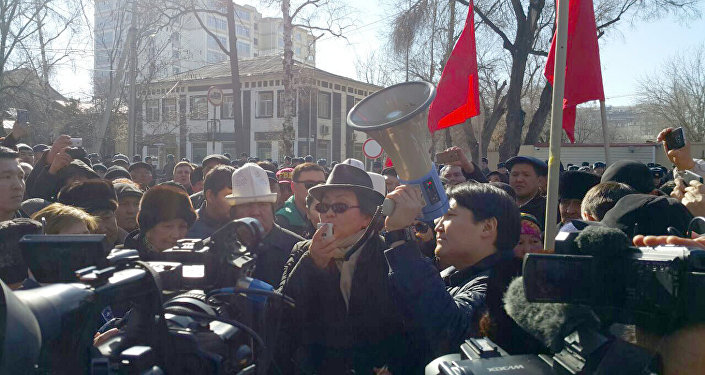 Митинг у здания ГКНБ сторонников задержанного депутата Текебаева в Бишкеке