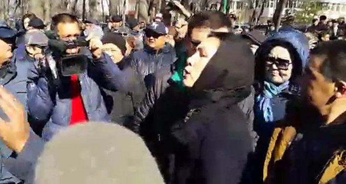 Люди скандировали и требовали освободить Текебаева на митинге у ГКНБ