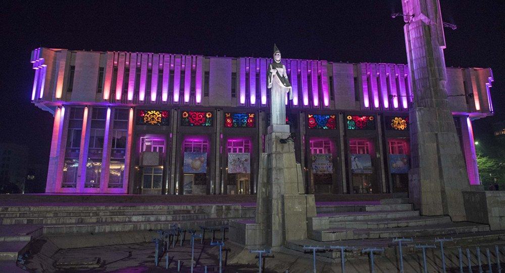 Здание Кыргызской национальной филармонии им. Т. Сатылганова с цветовым освещением в Бишкеке. Архивное фото