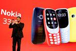 Генеральный директор Nokia-HMD Арто Нуммело держит устройство Nokia 3310 во время церемонии презентации на выставке Mobile World Congress в Барселоне, Испания. 26 февраля 2017 года