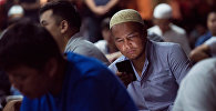 Человек с сотовым телефоном. Архивное фото