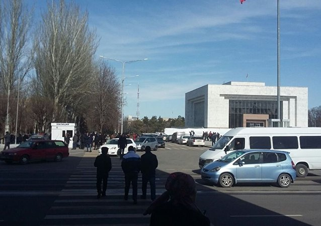 Митинг у здания Жогорку Кенеша сторонников Текебаева в Бишкеке.