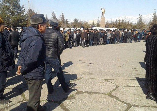 Участники бессрочного митинга сторонников Текебаева на центральной площади Базар-Коргона