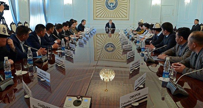 Өлкө башчы Алмазбек Атамбаев апрель окуясынын катышуучулары жана каза болгондордун жакындары менен жолугушту