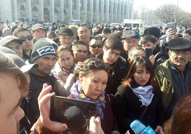 Депутат Асия Сасыкбаева на митинге сторонников Текебаева у здания Жогорку Кенеша в Бишкеке