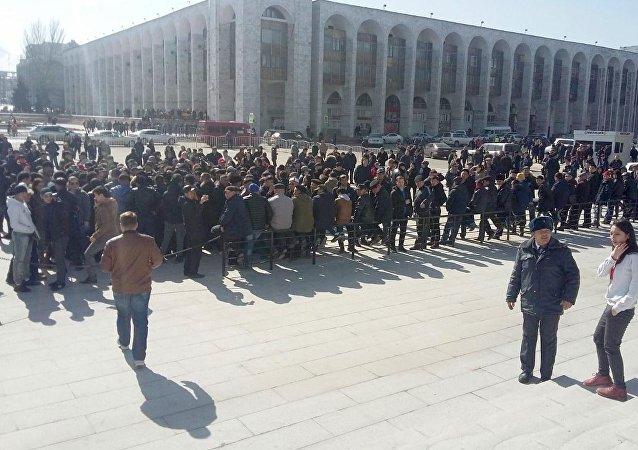 Сторонники депутата Омурбека Текебаева на митинге у здания Жогорку Кенеша в Бишкеке