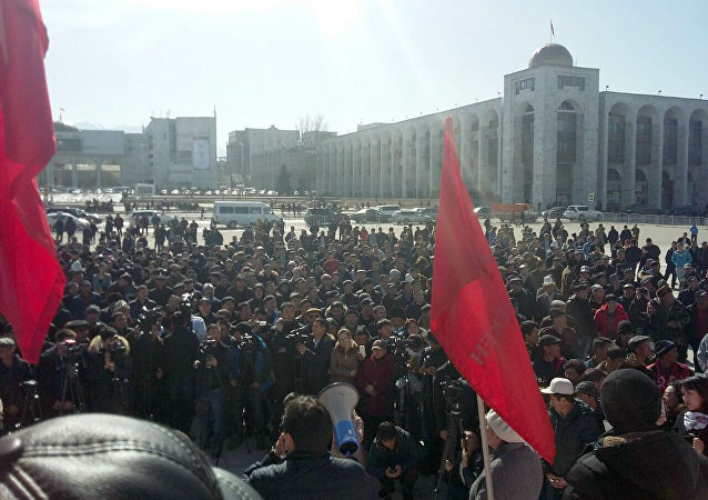 Сторонники депутата Омурбека Текебаева на митинге на площади Ала-тоо в Бишкеке