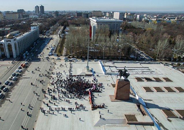 Вид с высоты на митинг сторонников депутата Омурбека Текебаева у здания Жогорку Кенеша в Бишкеке.