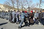Сотрудники правоохранительных органов и сторонники Текебаева на автомобильной трассе Бишкек — Ош