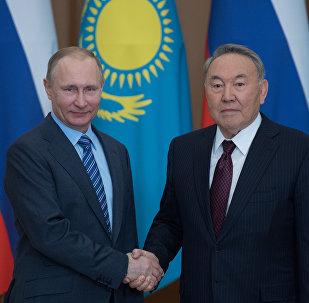 Архивное фото президента РФ Владимира Путина и президента Республики Казахстан Нурсултана Назарбаева