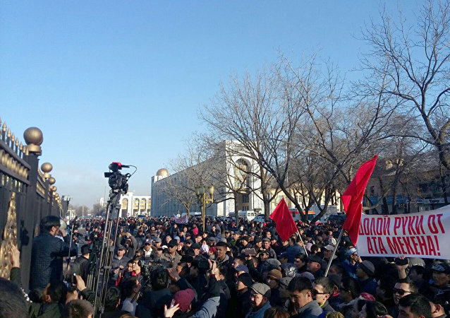 Митингующие на площади Ала-Тоо двинулись в сторону Жогорку Кенеша.