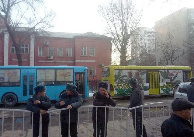 К Первомайскому райсуду стянуты сотрудники милиции, здание и территория оцеплены